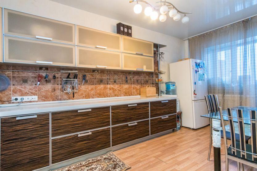 Продается трехкомнатная квартира за 4 600 000 рублей. Барнаул, Центральный район, Краевая, 257.