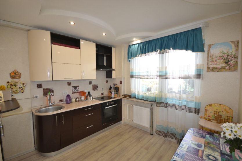 Продается двухкомнатная квартира за 2 700 000 рублей. Киров, Ленинский район, Ивана Попова, 56 корп. 1.