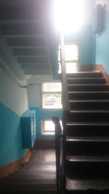 Продается четырехкомнатная квартира за 2 500 000 рублей. Красноярск, Свердловский район, Анатолия Гладкова, 11.