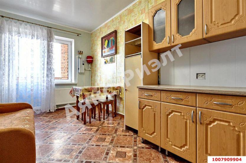 Продается двухкомнатная квартира за 2 700 000 рублей. Краснодар, Российская, 387.