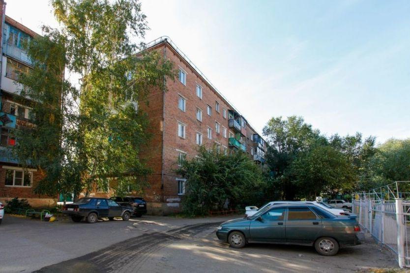 Продается трехкомнатная квартира за 2 050 000 рублей. Омск, Кировский район, Карпинского, 28.
